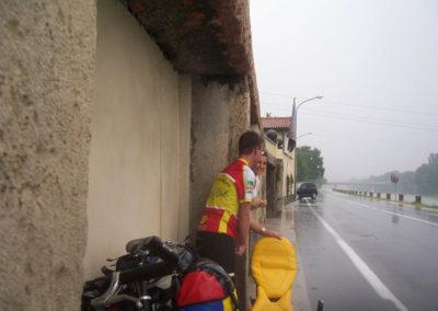 Marco_steht_im_Regen_bei_Elisa_1